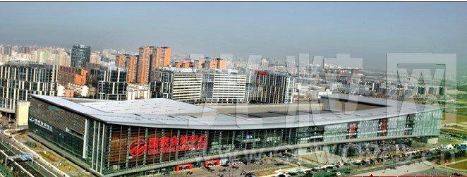 北京国家会议中心 展馆地址: 北京市朝阳区天辰东路7号 场馆面积:530000平方米 展馆网址:http://www.cnccchina.com 联系电话:010-84373300 北京国家会议中心简介 2008年8月8日,举世瞩目的奥运会在北京举行。坐落在北京奥林匹克公园中心区内,紧邻鸟巢和水立方的国家会议中心也将成为世界的焦点。届时,国家会议中心除了作为主新闻中心、国际广播中心,还将是奥运会的击剑比赛以及现代五项的击剑和气手枪比赛的场馆。残奥会结束后,国家会议中心将进行内部改造,2009年11月盛大
